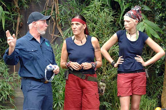 Sarah mit dämlichen Kopftuch als Dschungel-Bäuerin mit dem Griff nach den Sternen bzw. dem Hüftgold