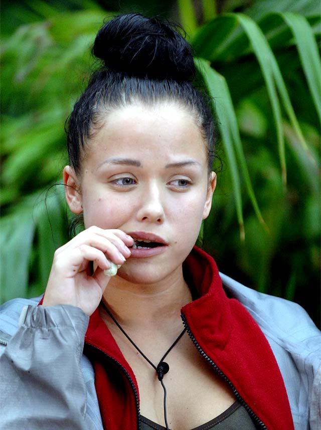 Kim kaut im Dschungelcamp bei der Dschungelprüfung auf einem Hirschpenis herum