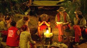 Briefe der Lieben gegenseitig am Dschungel-Lagerfeuer verlesen.