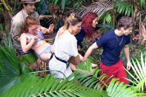 Georgina wird ins Dschungeltelefon getragen: Sie hatte sich zuvor die Nägel lackiert
