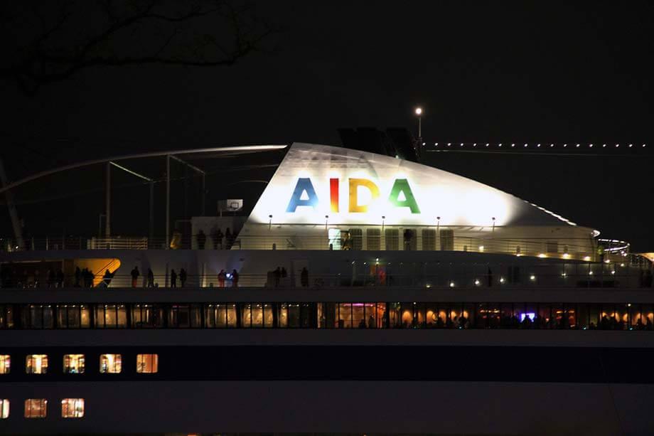 Die AIDA nachts im Hamburger Hafen