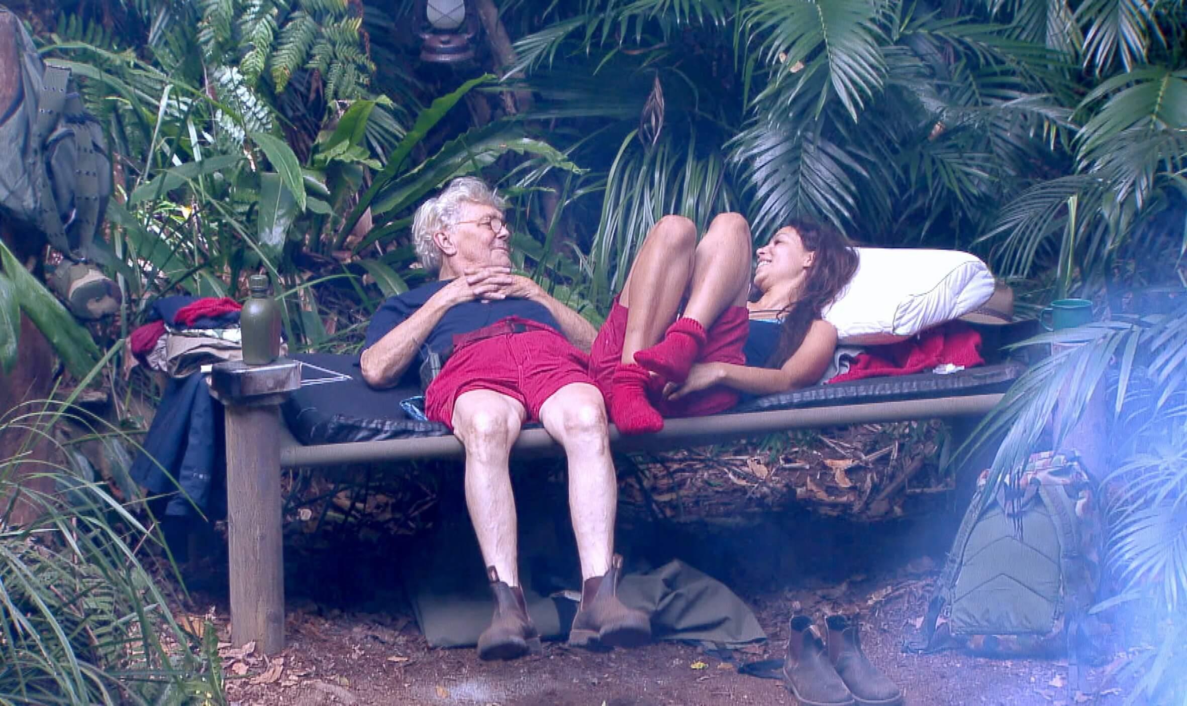 Tommi die Pfeife plaudert aus, dass Evelyn eine Uhr ins Schmuggler-Camp geschmuggelt hat