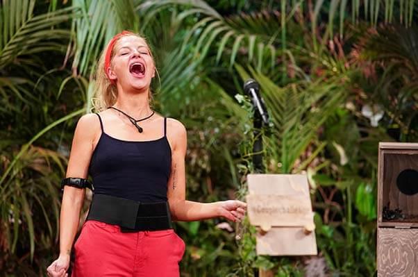 Xenia in der Dschungelprüfungtauglichkeitsprüfung schreit so laut sie kann
